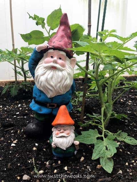 Awesome DIY Garden Decor / garden gnomes / planters
