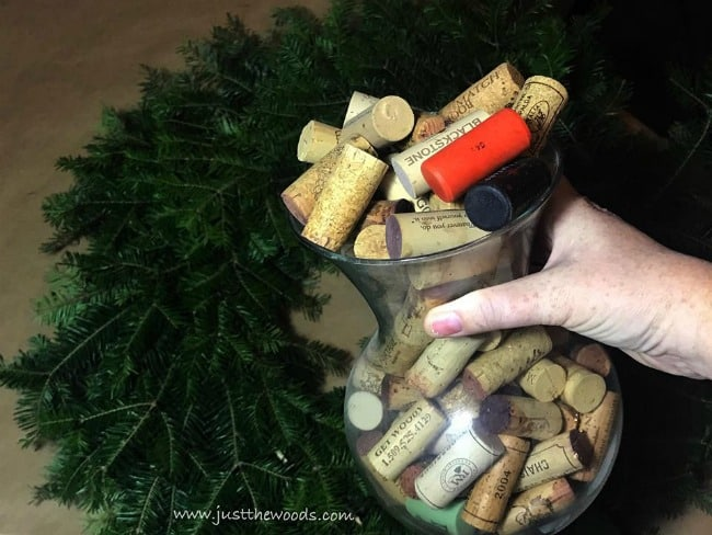 wine cork wreath, diy wreath ideas, wine corks, thigns to do with wine corks