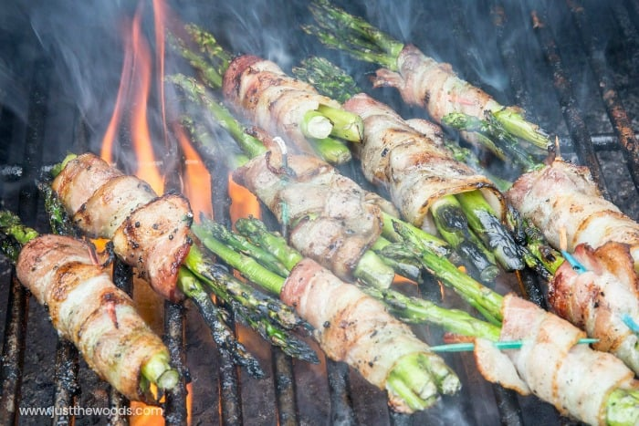 grilling bacon and asparagus, bacon wrapped asparagus on the grill